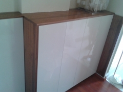Mueble de entrada fabricado en madera de nogal y lacado gris alto brillo