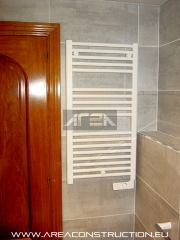 Instalaci�n radiador el�ctrico toallero, reforma ba�o, barcelona, www.areaconstruction.eu