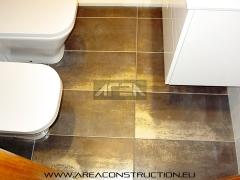 Colocación pavimento corten b de tau, reforma baño, barcelona. www.areaconstruction.eu