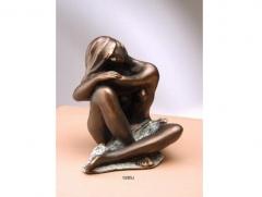 Figura de mujer semidesnuda sentada con piernas entrecruzadas. acabado en bronce. llu�s jord�.