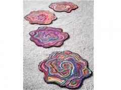 Alfombras de algod�n reciclado multicolor y forma de rosa. rose. de f�lix belso.