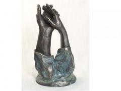 Pequeña escultura o figura con acabados de bronce auténtico manos entrelazadas. de lluis jordà.