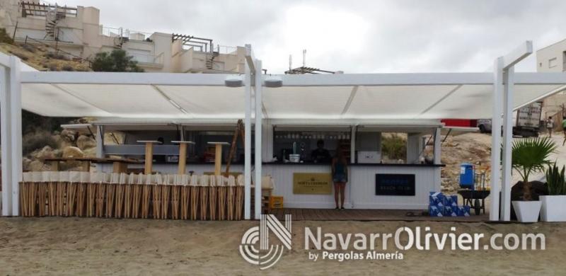Chiringuito de madera con terraza, zona cocina y zona barra. www.navarrolivier.com
