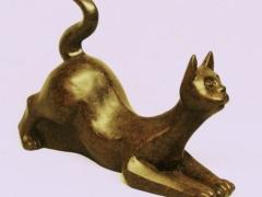 Peque�a escultura o figura de bronce gato acechando. de lluis jord�