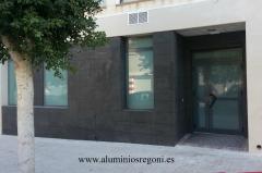 Escaparates de aluminio color gris y puerta, con cristal laminado