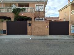 Puerta corredera motorizada y puerta abatible dos hojas mod. espiga