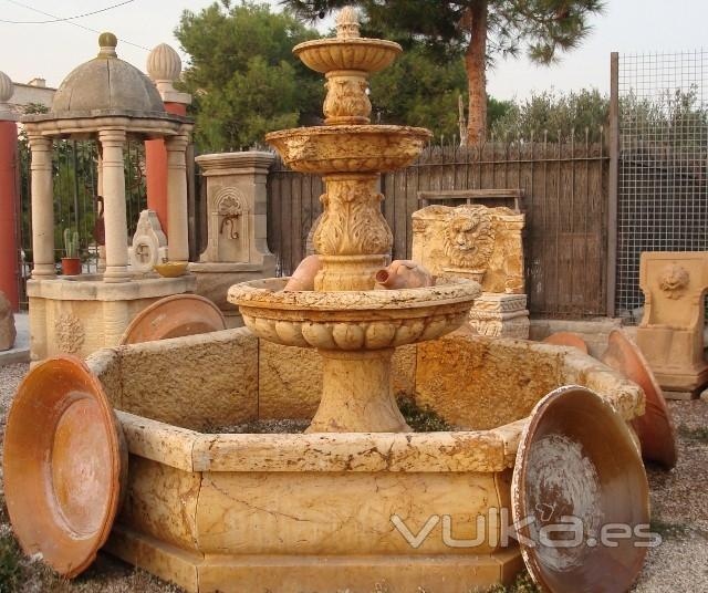Foto fuente de travertino for Tinajas de barro para jardin