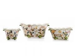 Jardineras y macetero ondulados de cer�mica kobus, grandes flores de color c�lido sobre fondo blanco