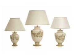 Lámparas de sobremesa amsterdam, guirnaldas marrones sobre fondo crema. cerámica san marco.
