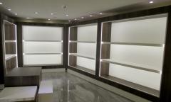 Muebles con iluminación led para exposición de bolsos tous en segovia