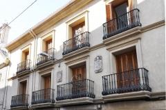 Balcones y ventanas con molduras de piedra