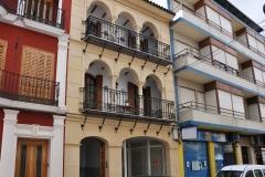 Columnas de piedra y molduras para balcones