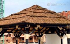 Estructura hexagonal construida en palo redondo con cubierta en tablero fenólico y exterior en brezo