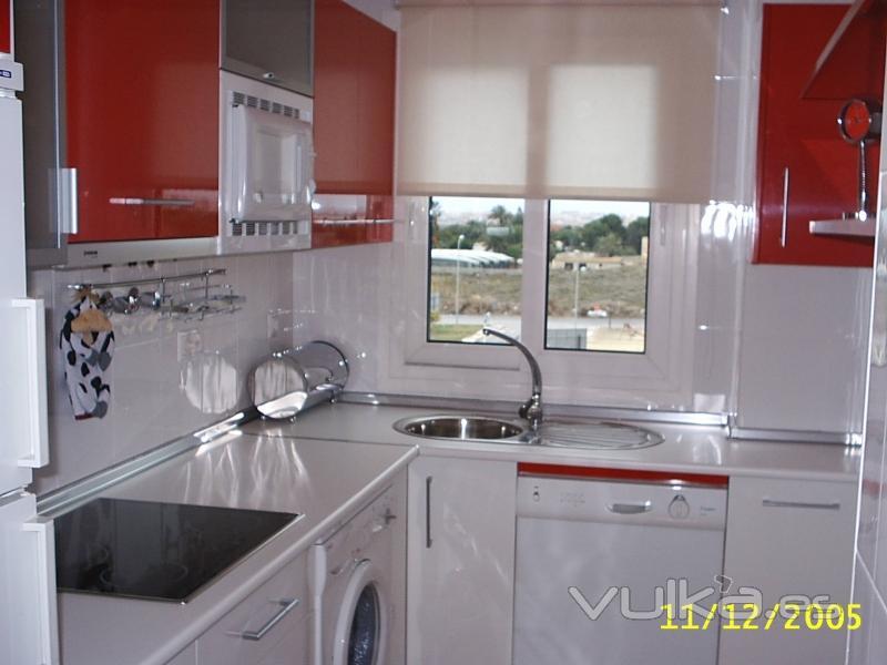 Foto de cocinas armarios y electrodomesticos foto 11 for Cocina con electrodomesticos