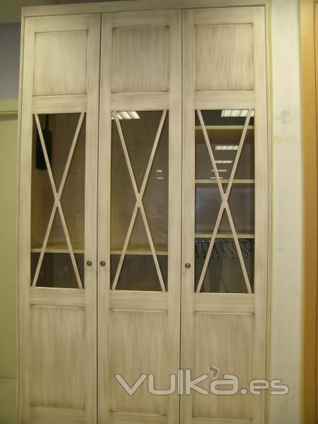 Foto armario modelo aspas ii con vitrina central puertas for Muebles rusticos badajoz