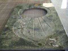 Encimera granito de importación verde imperial, detalle de excavación en bajo relieve de fregadero escurridor y ...