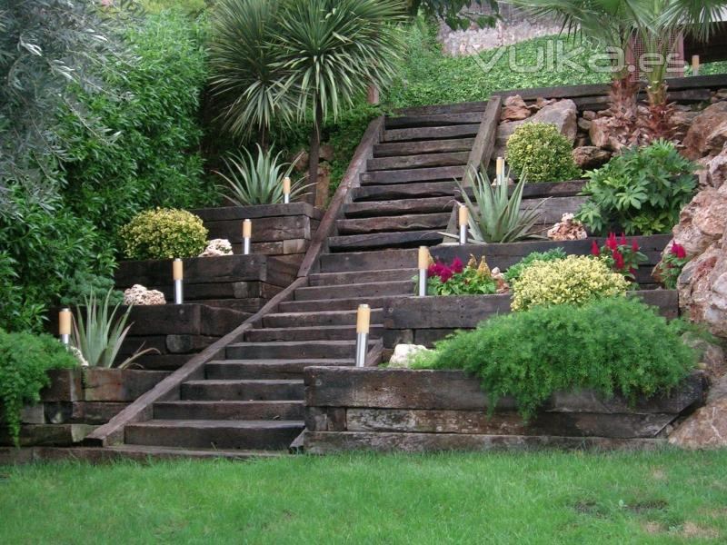 Foto jardin con escalera multi nivel con jardineras - Escaleras jardin ...