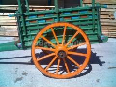 Carros antiguos de madera, trillos, ruedas,..