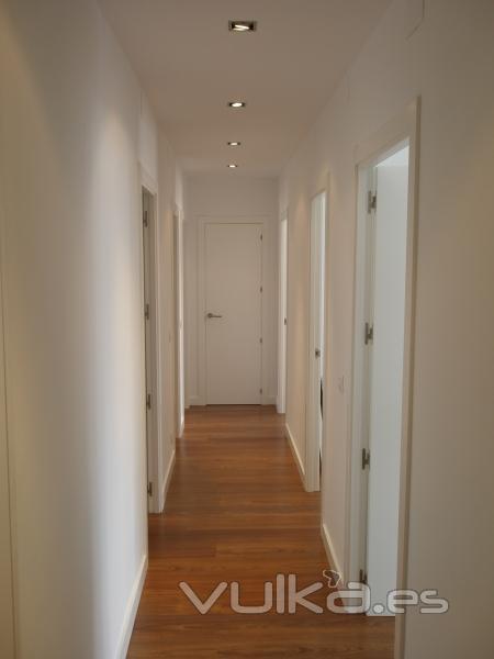 Foto pasillo con tarima pintura liso puertas lacadas en - Pintar puertas de blanco ...
