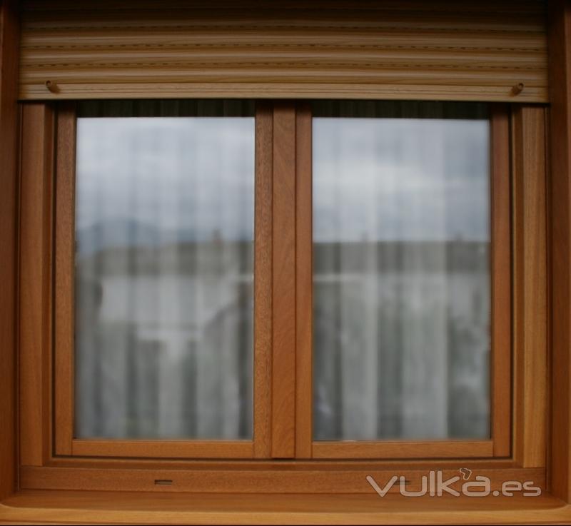 Foto ventana europea oscilobatiente persiana integrada for Precios de ventanas con persianas