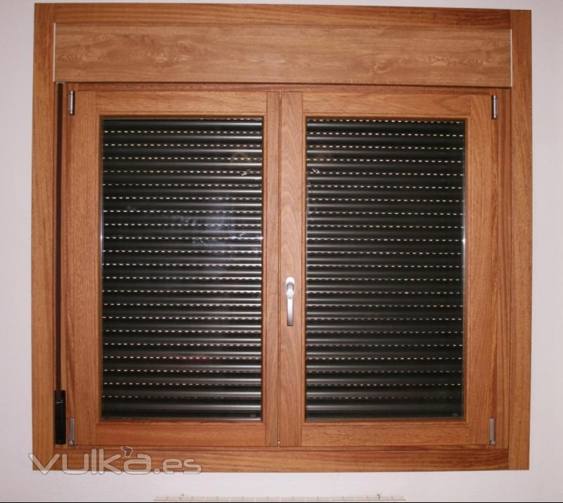 Foto ventana europea oscilobatiente persiana integrada for Carpinteria de puertas de madera