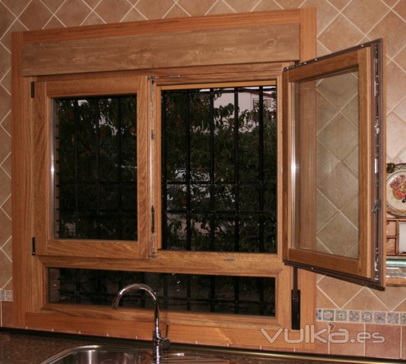 Foto ventana europea oscilobatiente con fijo inferior for Ventanas con persianas incorporadas