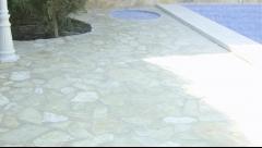 Terraza y ducha al lado de piscina