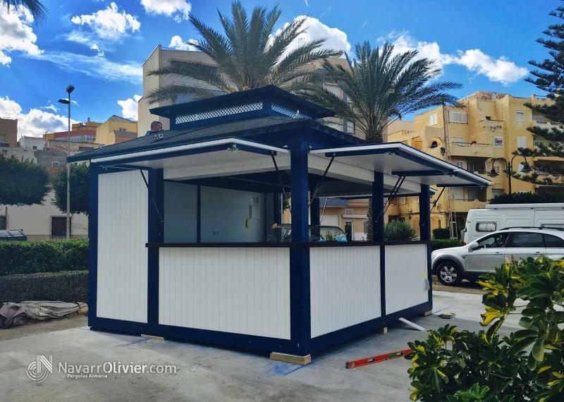 Foto Kiosco De Madera En Blanco Y Azul A 4 Aguas