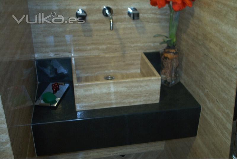 Foto encimera de ba o en pizarra negra con lavamanos de travertino romano - Encimera de pizarra ...