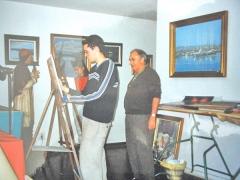 Carlos roces, ense�ando/ en su clase de artestudio/ donde tiene su taller.