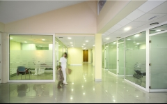 Hall central con espacios amplios y diáfanos
