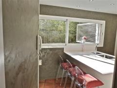 Enlucido de cemento mineral deco en paredes de una cocina