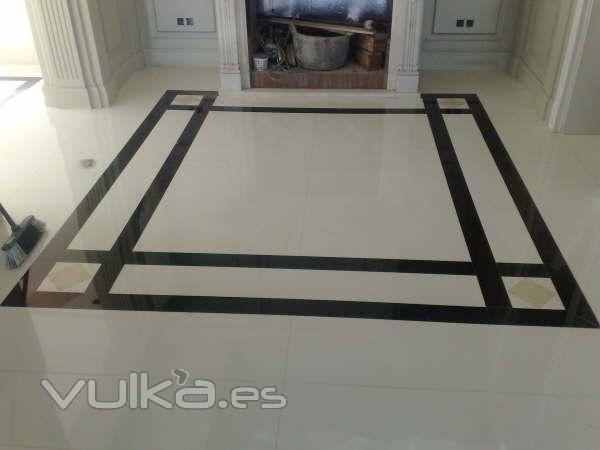 Foto pavimento de m rmol blanco thassos con cenefa de for Marmol negro y blanco
