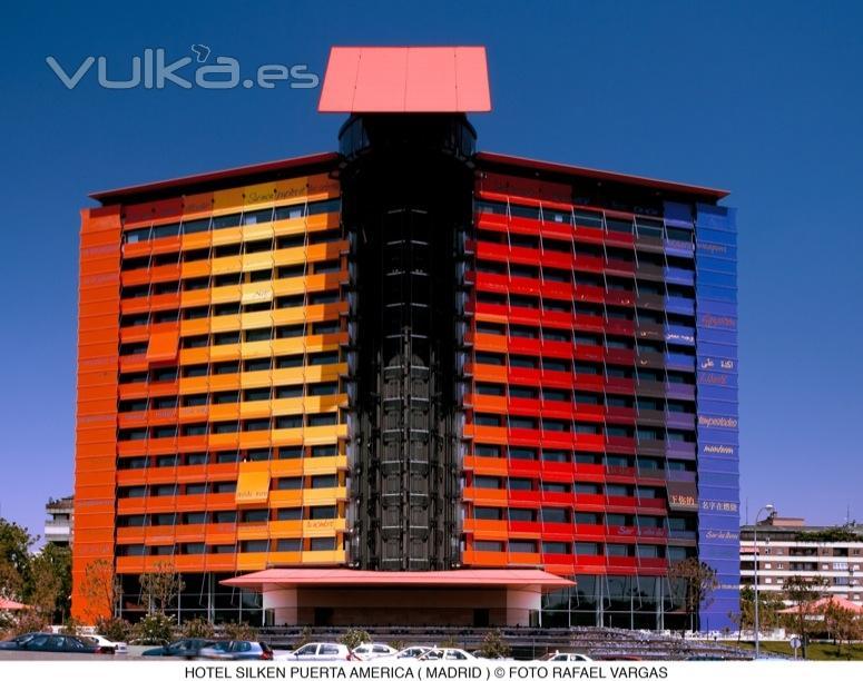 Foto fachada del hotel silken puerta america for Silken puerta america
