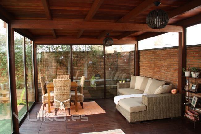 Foto porche de madera con cerramiento cenadores for Cenadores de madera para jardin