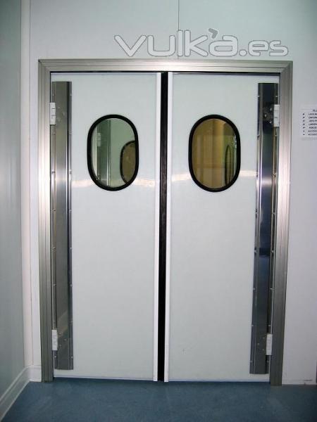 Foto puerta vaiv n de polietileno for Puertas de vaiven para cocina