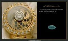 Anillo modelo universo, oro amarillo y blanco con diamantes y zafiros.