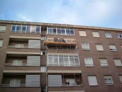 Trabajos en fachada con andamio suspendido