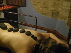Masaje de piedras volc�nicas en la sala wellness de la casa