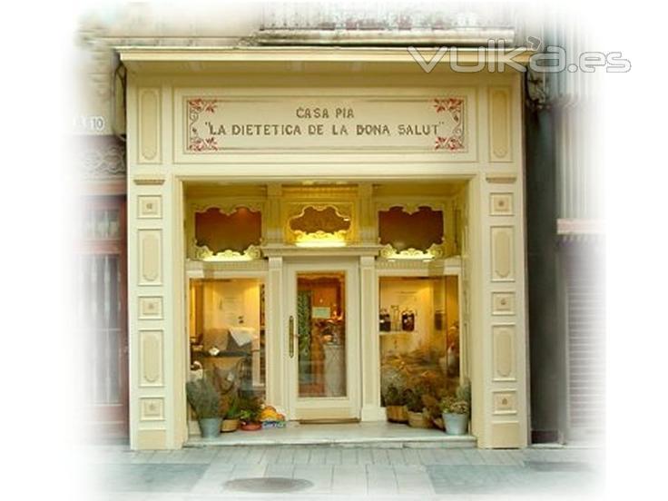 Imagen de la tienda principal. El dise�o de la entrada es totalmente de madera tallada por un artesano en los a�os 40.