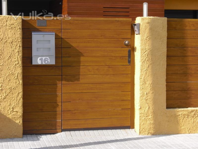 Foto puerta modelo lineal 130 de pvc foliado madera - Puertas para jardin de aluminio ...