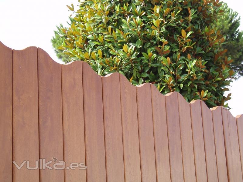 Foto valla de pvc modelo ona foliado madera for Vallas de aluminio para jardin