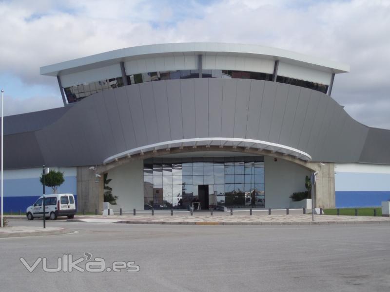 Foto fachada curva aluminio reynobond oficinas bsk pto for Oficinas bankia cadiz