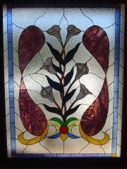 Gran ventanal con motivos florales modernista.