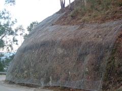 Montaje de malla y red de cable en taludes