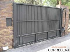 Puertas correderas, se deslizan bajo un carril y son las que menos averias tienen, casi inexistentes.