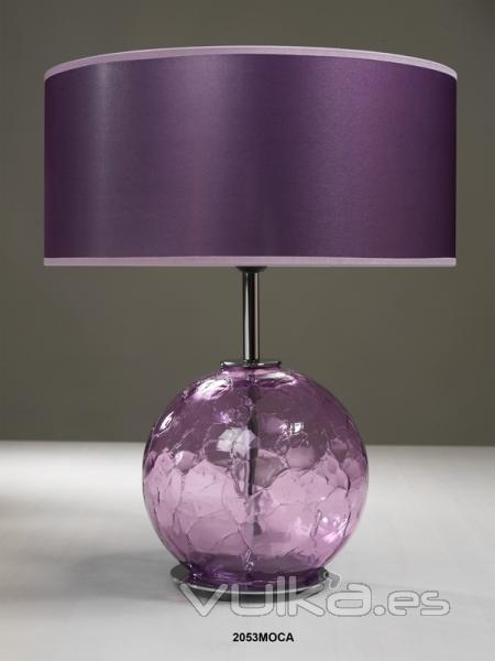 Foto l mpara de sobremesa con base de cristal color morada for Lamparas sobremesa cristal colores