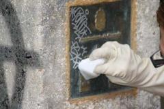 Limpieza de pintadas en placa de bronce usando el sistema adecuado para ello. ver m�s www.singraffiti.com