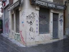 La fachada presenta gran cantidad de pintadas realizadas con sprays y rotuladores, algunos de ellos modificados con ...