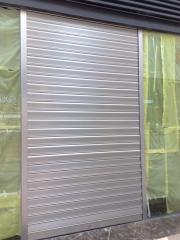 Persiana de aluminio autoblocante lama microperforada color plata